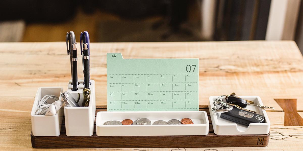 Schreibtisch mit Kalender, Autoschlüssel und Kugelschreiber