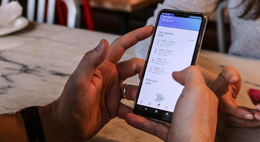 Männerand und Smartphone mit digitaler Fahrzeugöffnung