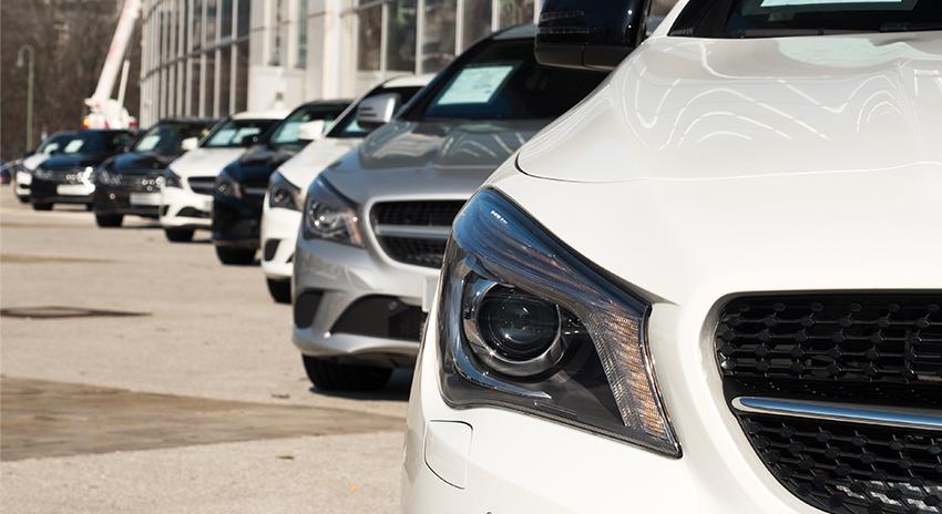 Flotte aus teuren Autos auf einem Parkplatz