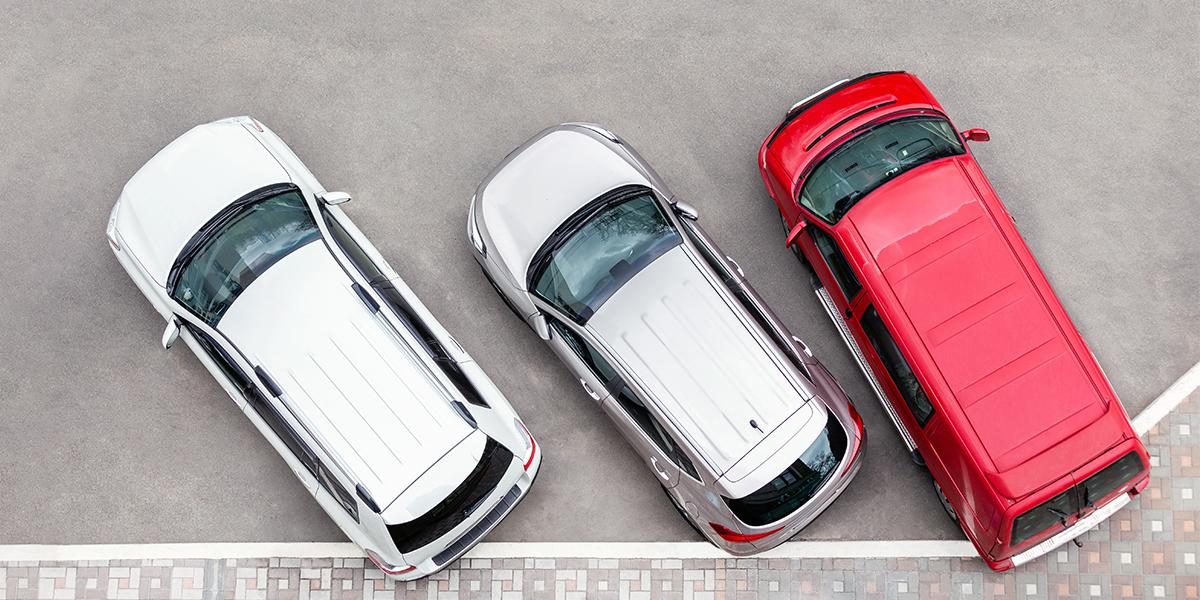 Autos auf Parkplatz aus der Vogelperspektive