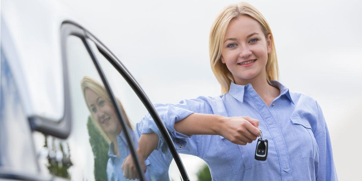 Frau mit Schlüssel für Dienstauto