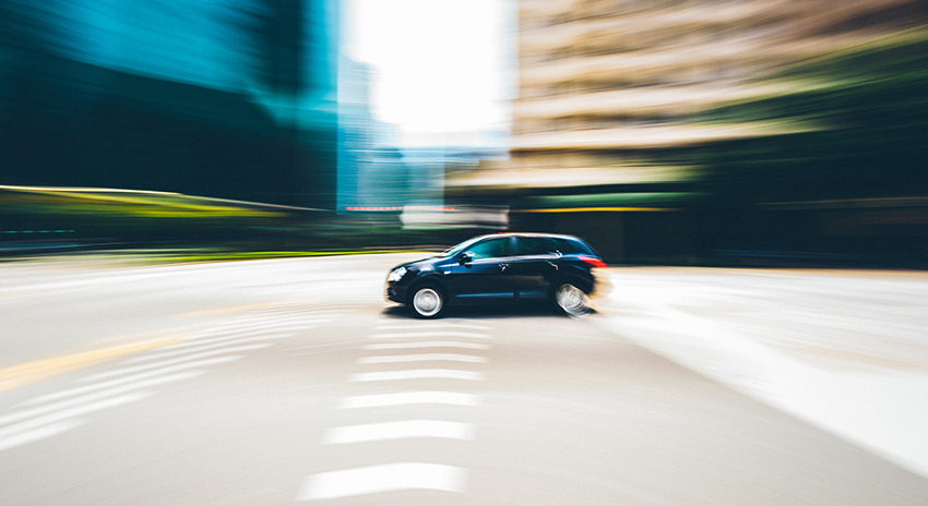 Fahrzeug auf leerer Straße