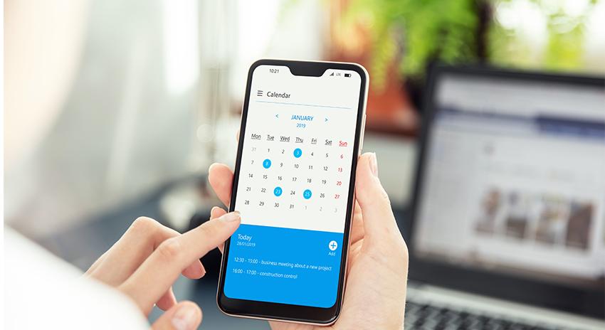 Hand mit Smartphone und geöffneter App