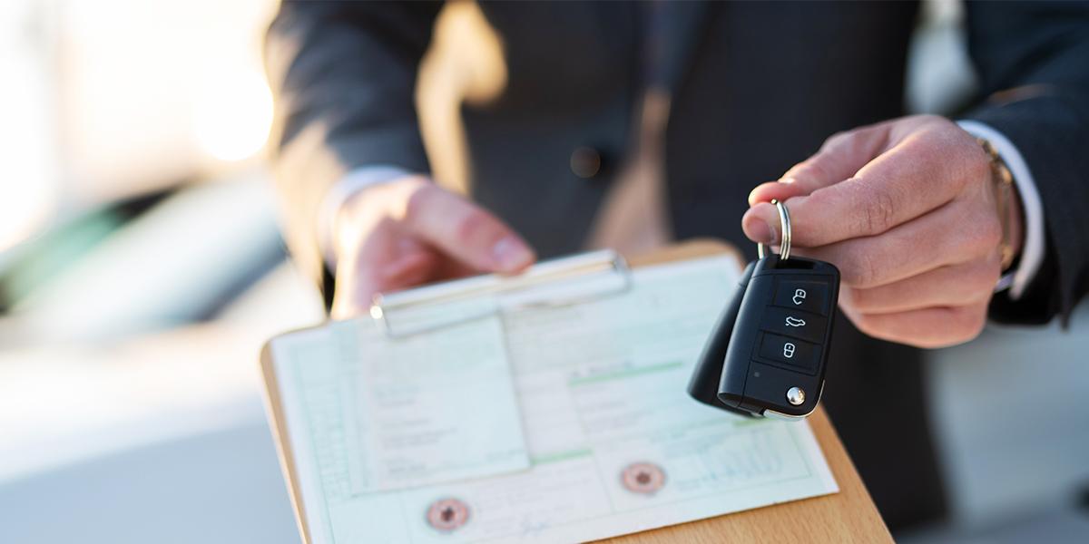 Männerhand mit Fahrzeugschlüssel