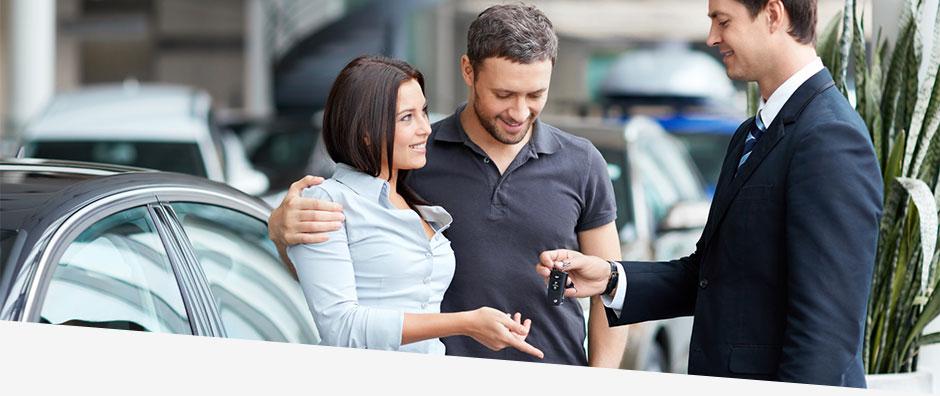 Frau erhält Schlüssel für Dienstwagen