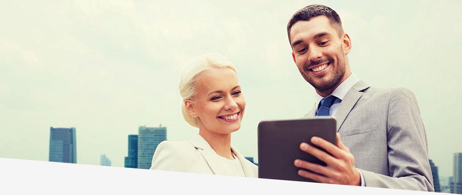 Mann und Frau betrachten Software auf einem Tablet