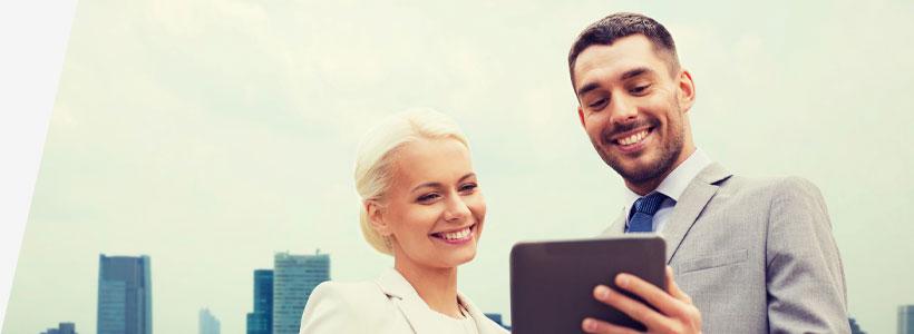 Mann und Frau schauen auf ein Tablet