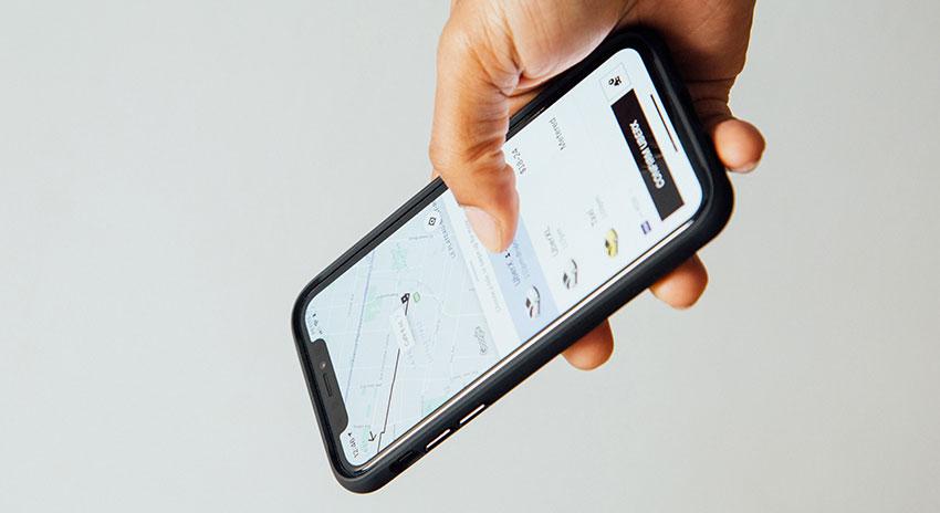 Männerhand mit Smartphone