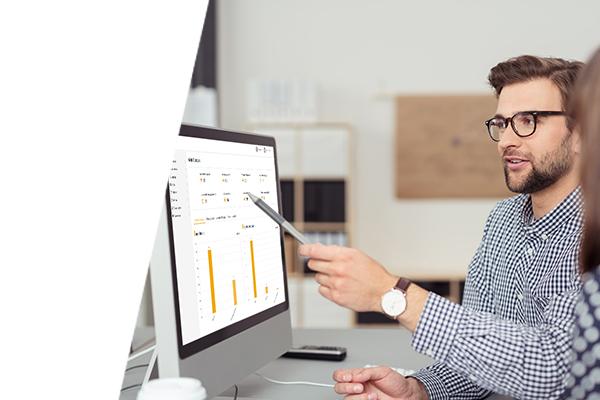 Mann zeigt eine Software an einem Bildschirm