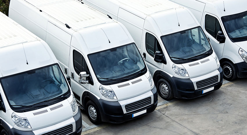 weiße Transporter auf Firmenparkplatz