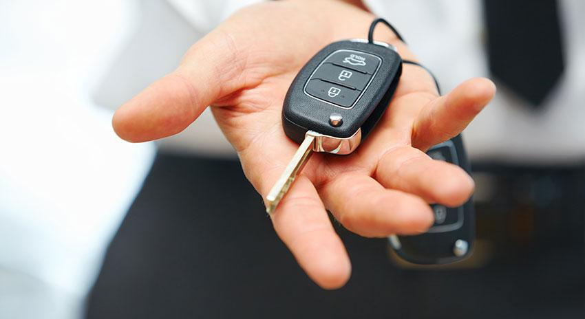 Männerhand mit Schlüssel zu Pkw